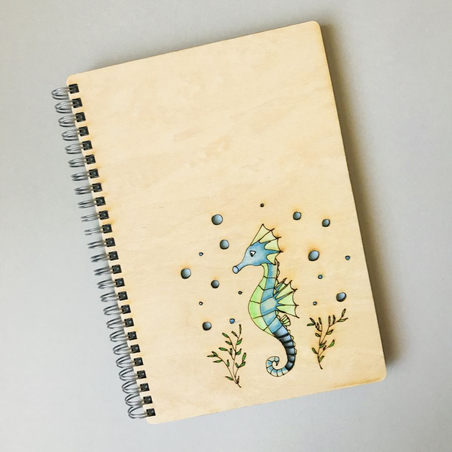 Dřevěný zápisník A5 – Mořský koník